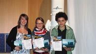 Die drei Preisträger des 3D%2dFotowettbewerbs: Stefanie Heck, Annika Saller, Aaron Megerssa (v.l.)