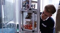 Schüler betrachtet sein Experiment