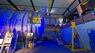 Zentimeter vom Weltraum entfernt: Vakuumkammer mit Ionentriebwerk