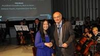 Prof. Gerzer gratuliert der australischen Gewinnerin Adelyne Huynh