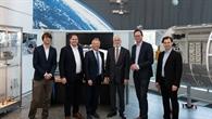 Gruppenfoto im Raumfahrtkontrollzentrum