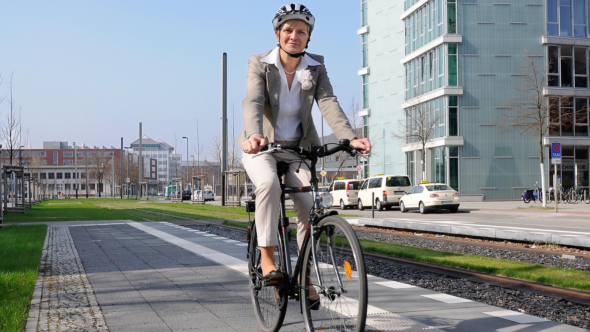 Prof. Barbara Lenz auf dem Weg zur Arbeit
