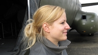 Ina Rüdinger neben einer Transall