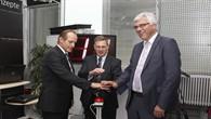 DLR%2dVorstand Prof. Wagner, Institutsleiter Prof. Friedrich und Prof. Schaub von der Daimler AG (von rechts)