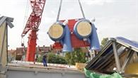 Ein 100 Tonnen schwerer Spezialkran stellte den Verdichter auf