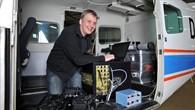 Luftbildspezialist Franz Kurz bereitet die Cessna 208B für den Einsatz vor