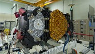 Wenn ein neuer Satellit geplant und gebaut wird, ist das für die beteiligten Personen kein alltäglicher Prozess. Monatelange Arbeit vieler Ingenieure und Wissenschaftler steckt in einem solchen Projekt.  Von den Galileo%2dSatelliten der In%2dOrbit Validation (IOV), also der Testphase auf den auch später verwendeten Umlaufbahnen unter realen Bedingungen, wurde von Thales Alenia Space gebaut und getestet: Ein Prototyp (ProtoFlight Model, PFM) und drei Flight Models (FM%2d2, FM%2d3 and FM%2d4).