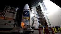 """Die Rakete Sojus VS01 war die erste russische Rakete, die vom europäischen Weltraumhafen in Französisch%2dGuayana gestartet ist. Am 14. Oktober 2011 wurde die oberste Stufe der Rakete zur Startrampe gebracht und montiert. Die Kapsel wurde horizontal aus der Vorbereitungshalle gefahren und dann in die vertikale Position gebracht. Dieses Modul, """"Upper Composite"""" genannt, enthält das Fregat%2dModul als oberste Raketenstufe, die den Satelliten auf seine Umlaufbahn befördert."""