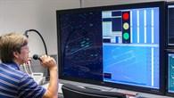 Kontrolle des Luftverkehrs mittels Sprechfunk am Simulator.