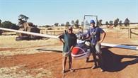 Kai Wicke zusammen mit einem Australischen Farmer nach einer Außenlandung