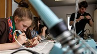 Ausbildung zum Ausprobieren in der Lehrwerkstatt für Feinwerkmechaniker
