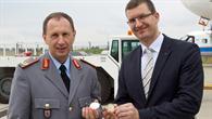 Dr. Dennis Göge übergibt General Leidenberger eine DLR%2dMünze