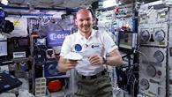 "Video: Alexander Gerst im ""Flying Classroom"": Der schwebende Papierflieger"