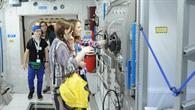 Wie die Astronauten: Eine der Gewinnerinnen mit ihrer Lehrerin im Columbus%2dModul
