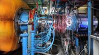 Aufbau des Experiments mit blauen Druckluftleitungen