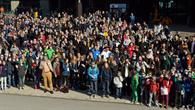 Schüler bestaunen gemeinsam die Sonnenfinsternis
