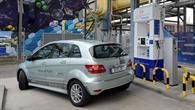 Brennstoffzellenauto an der Wasserstofftankstelle