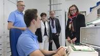 Staatssekretärin Katrin Schütz in der Lehrwerkstatt Systemelektronik