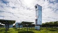 Heliostaten konzentrieren das Sonnenlicht auf den Receiver im Solarturm