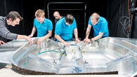 Nach dem Test: DLR%2dWissenschaftler begutachten die Verformung der Karosserie