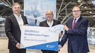 Übergabe des Schecks am Flughafen Stuttgart