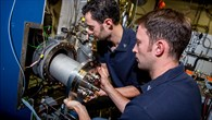 DLR%2dWissenschaftler bauen den neu entwickelten Brenner in eine Versuchsanlage ein