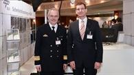 Dr.-Ing. Dennis Göge, Programmkoordinator Sicherheitsforschung des DLR, mit Konteradmiral Thomas Jugel, Amtschef des Planungsamtes der Bundeswehr (links), auf dem DLR Stand