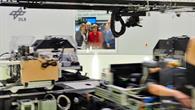 Bundeskanzlerin Angela Merkel beobachtet einen Versuch in der Humanzentrifuge