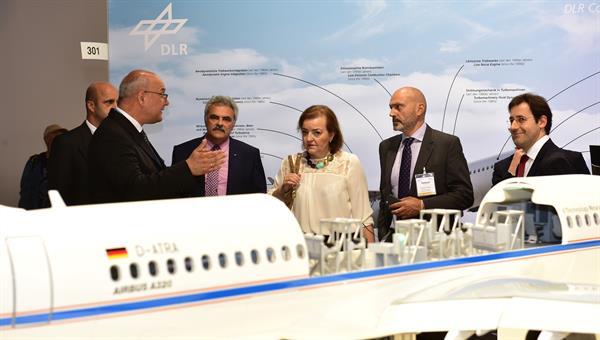 Besuch von Vertretern der Europäischen Kommission am DLR%2dStand