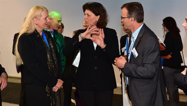 Staatsministerin Ilse Aigner zu Besuch am DLR%2dStand
