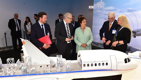 Die parlamentarische Staatssekretärin Brigitte Zypries zu Besuch am DLR%2dStand