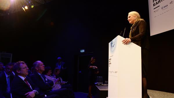 "Prof. Pascale Ehrenfreund bei der Eröffnung des ILA Space Day ""Changing Space %2d Challenges and Opportunities for Space"" auf der ILA 2016"