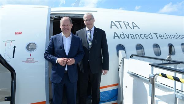 Olaf Scholz, Erster Bürgermeister der Freien Hansestadt Hamburg (links), mit Prof. Rolf Henke vor dem DLR%2dForschungsflugzeug ATRA