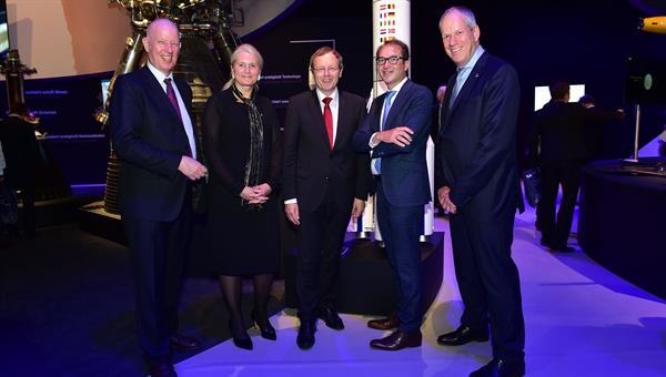 Von links nach rechts: Dr. Gerd Gruppe, DLR%2dVorstand für das Raumfahrtmanagement, Prof. Pascale Ehrenfreund, DLR%2dVorstandsvorsitzende, Prof. Dr.%2dIng. Johann%2dDietrich Wörner, ESA%2dGeneraldirektor, Alexander Dobrindt, Bundesverkehrsminister, und Evert Dudok, BDLI%2dVizepräsident, vor dem Modell der Ariane 6