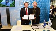 Prof. Pascale Ehrenfreund und Prof. Johann%2dDietrich Wörner unterzeichnen den Vertrag zum Prüfstand P5.2