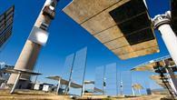 Bis zu 300 Heliostaten à 40 m² reflektieren das Sonnenlicht auf den Turm