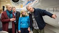 Ehrenfreund mit Wissenschaftlerinnen, Wissenschaftlern und Piloten vor dem Forschungsflugzeug HALO