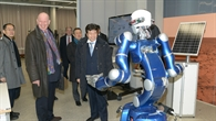 Minister Tsuruho mit Roboter Justin