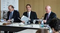 Ausschussvorsitzender Prof. Dr. Erik Schweikert (FDP) freut sich über die Buchpräsente