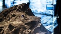 Modell des kleinen Forschungsmoduls Philae auf der Kometenoberfläche