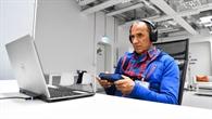 Ralf Dujmovits beim Beantworten von Testfragen am Computer
