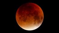 Anblick des von der Erde verfinsterten kupferroten Mondes
