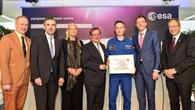Maurer erhält sein Zertifikat am EAC in Köln