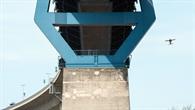 Drohnenflug entlang eines Brückenpfeiler