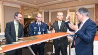 Besucher der Konferenzmesse am DLR%2dF19 Windkanalmodel