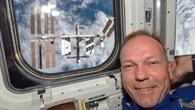 ESA%2dAstronaut Hans Schlegel vor dem Space Shuttle%2dFenster