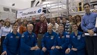 Die Mannschaft der Mission STS%2d122 (vorn) und technische Mitarbeiter vor dem Columbus%2dLabor