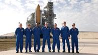 Die STS%2d122 Crew vor Launch Pad 39A