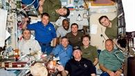 STS%2d122%2dCrew und Langzeitbesatzung auf der ISS