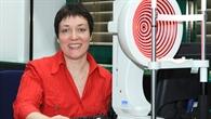 DLR%2dAugenärztin Dr. Claudia Stern misst die Krümmung der Hornhaut